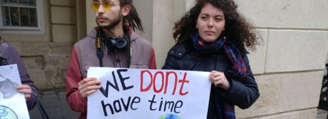 Під львівською Ратушею молодь протестує проти глобального потепління