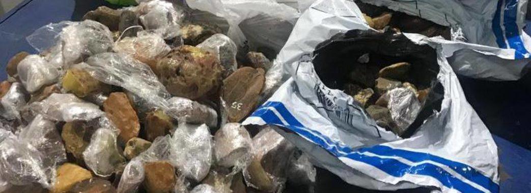 На Яворівщині затримали легковик з бурштином