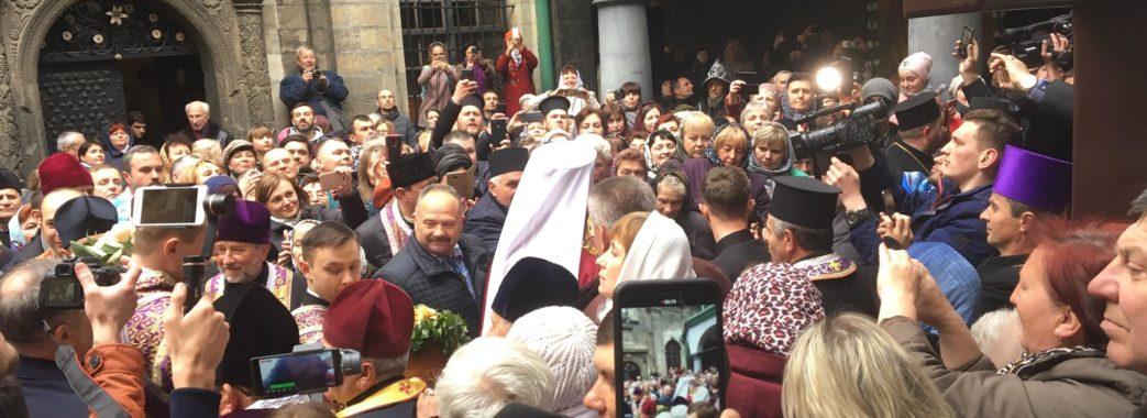 У Львові сотні людей прийшли помолитись до чудотворної ікони, яку привіз митрополит Епіфаній (відео)