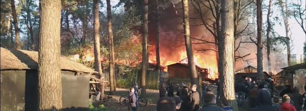 У Новояворівську горять сараї (ВІДЕО)