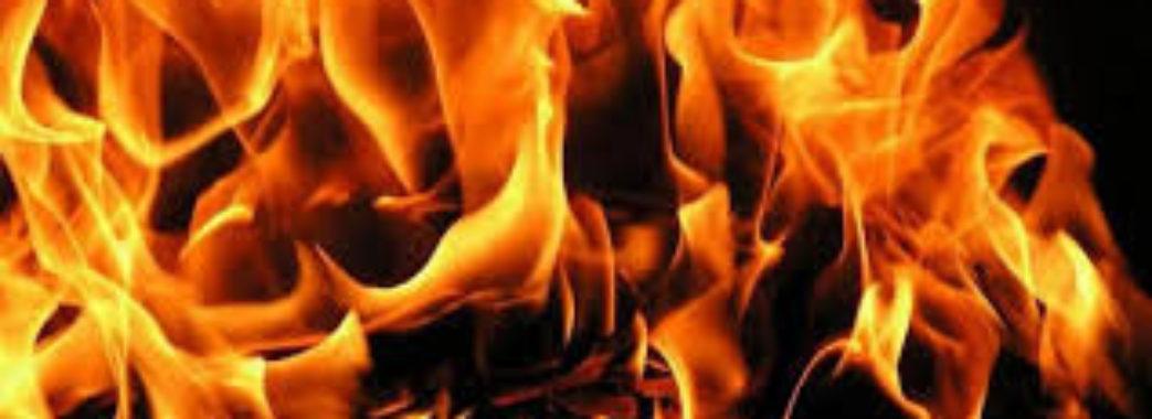 «Страшно було дивитися на вогонь, тепер страшно після вогню»: на Яворівщині люди залишилися у будинку без даху