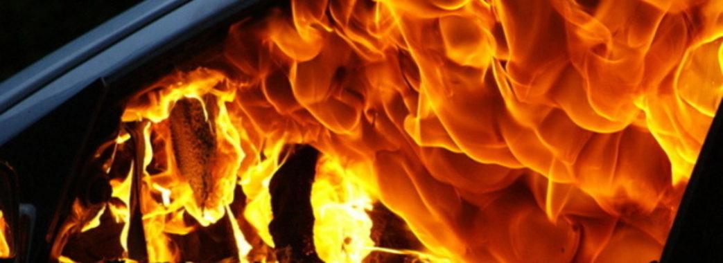 У Львові просто посеред вулиці загорівся автомобіль