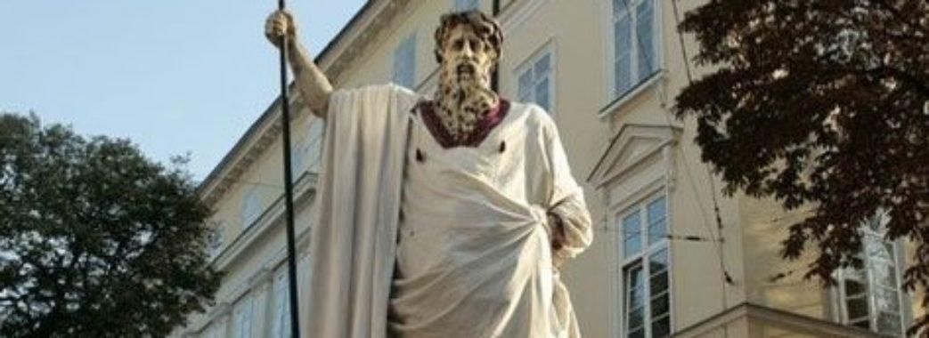 У Львові у вишиванки одягнули лева та античних богів