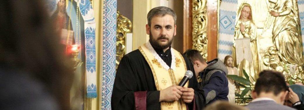 Священик зі Самбірщини прибрав цвинтар від пластикових вінків