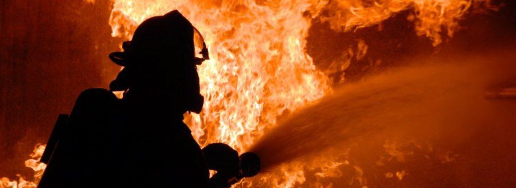 На Бродівщині чоловік з помсти підпалив сусідські будівлі