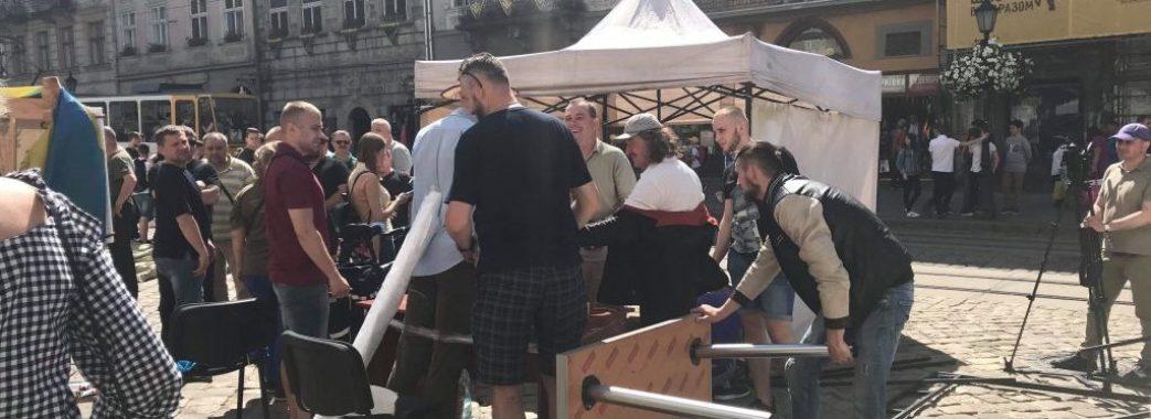 Біля львівської мерії протестують: вимагають відставку Садового