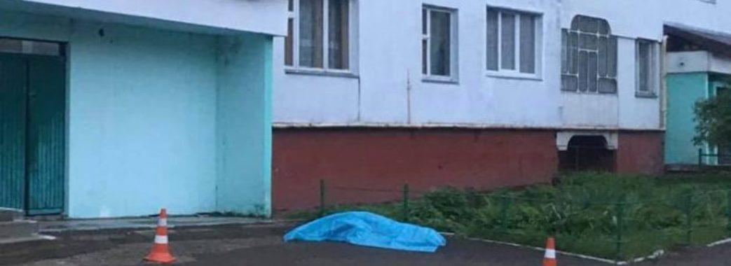 У Новояворівську біля будинку знайшли мертву 16-літню дівчину