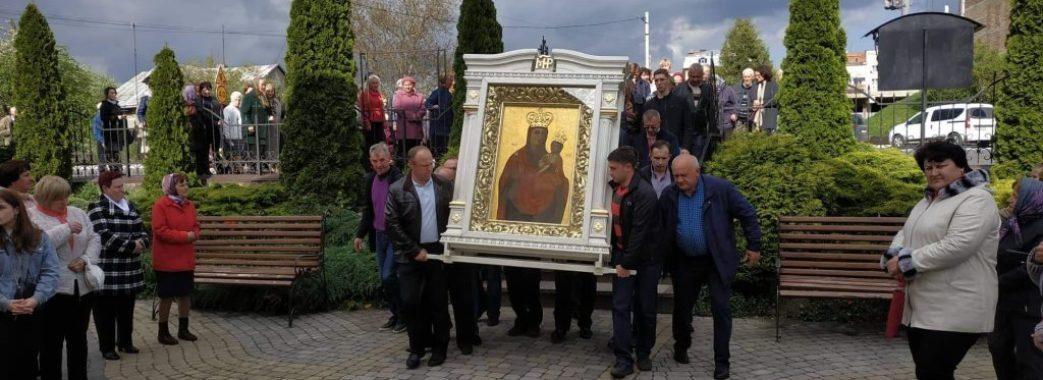 У Пустомитах сотні людей зустрічали чудотворну ікону Зарваницької Божої Матері