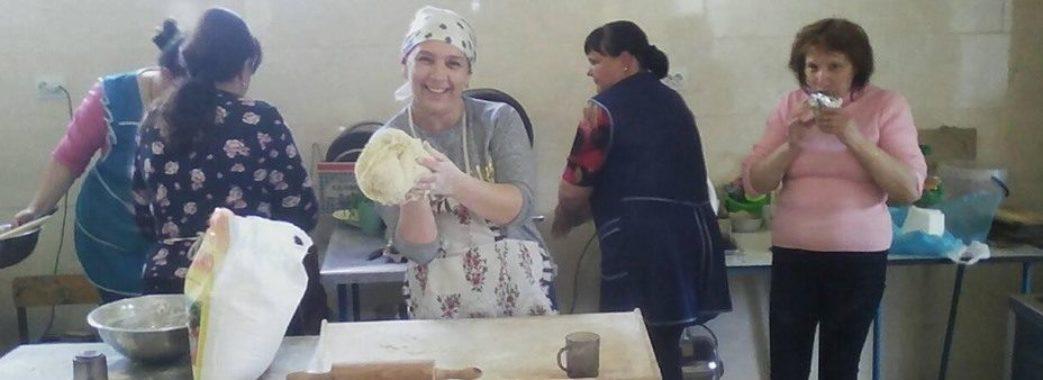 «З картоплею, сиром і шкварками»: на Мостищині ліпили вареники для атовців