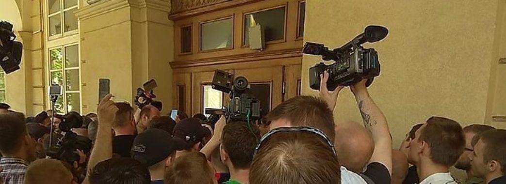 Невідомі особи виламали двері Львівської мерії (ВІДЕО)