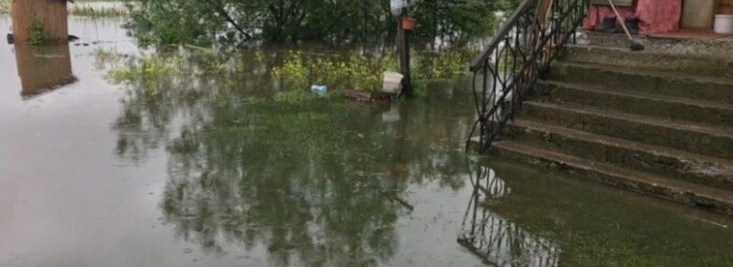 Рятувальники роздають місцевим питну воду: як на Львівщині ліквідовують наслідки негоди