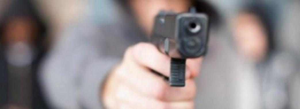 На Миколаївщині молодий чоловік лякав односельчан пістолетом