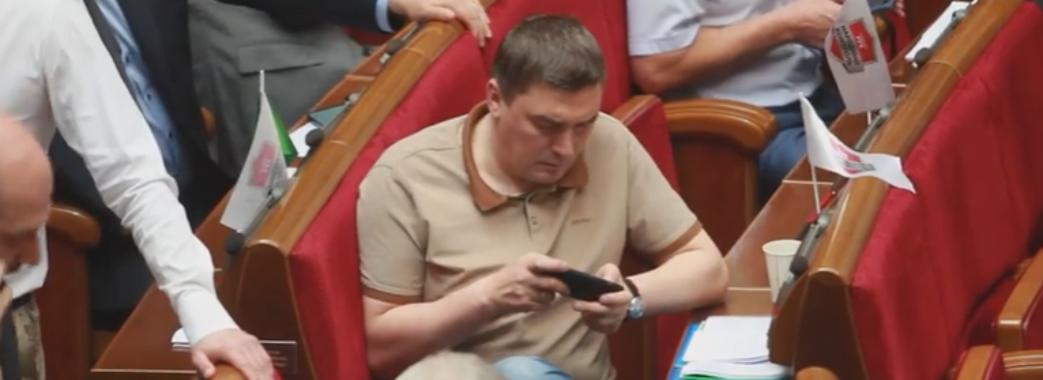 """""""Клікнув і на пару хвилин зачепився"""", – Добродомов грав у гру на телефоні під час засідання ВР (Відео)"""