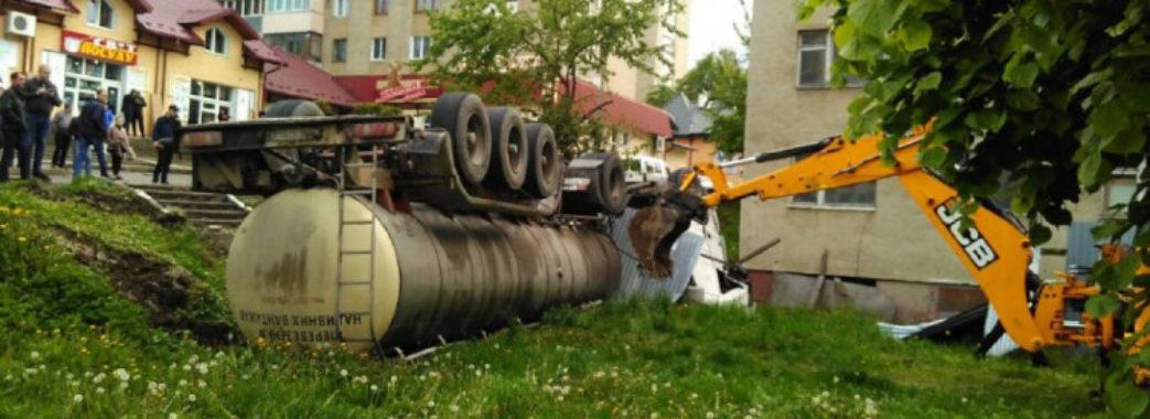 У Трускавці посеред міста перекинулася вантажівка з цистерною