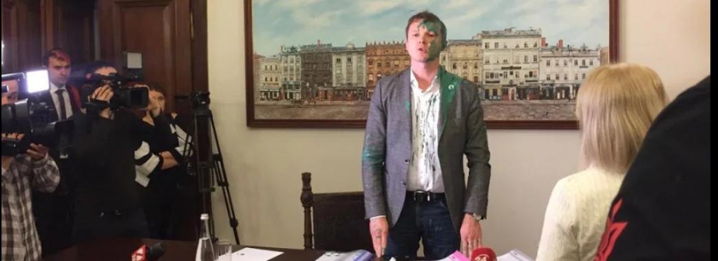 Львівських чиновників облили фарбою (ВІДЕО)