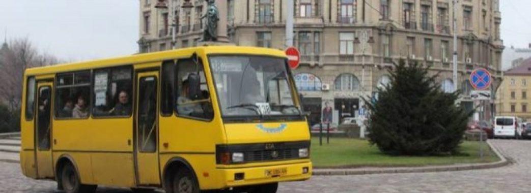 Львівського водія маршрутки, який ледь не збив жінку з двома дітьми, звільнили