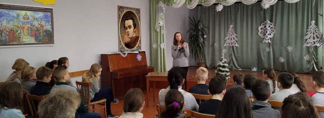 Вчителька на Пустомитівщині одягнула окуляри, хоча їх не носить: як зарадити булінгу в школах?