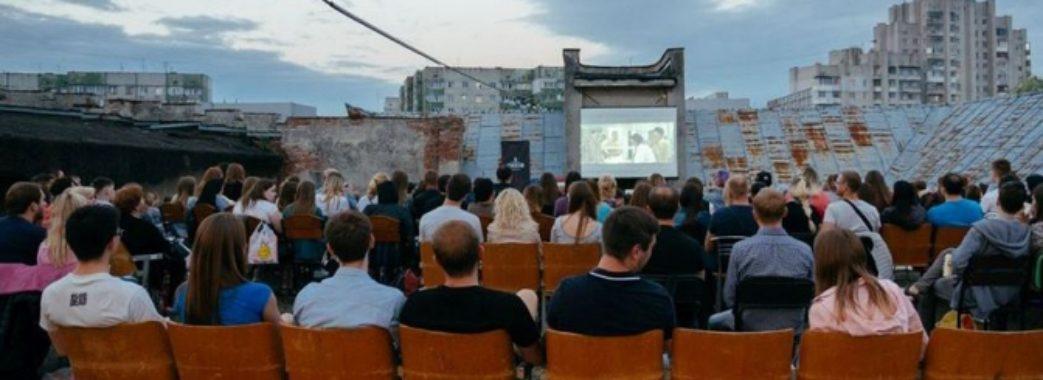 На даху кінотеатру львів'яни дивляться безкоштовні фільми