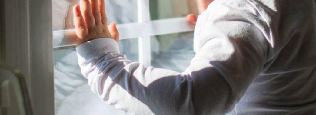 У Винниках півторарічний малюк випав із вікна