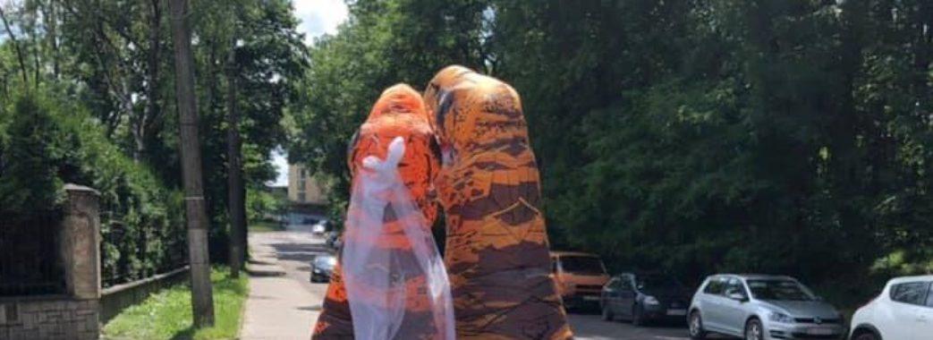 У Львові одружились динозаври (Відео)