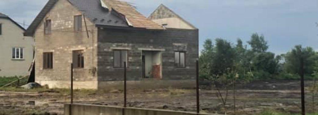 «Кульова блискавка відрізала дах, наче ножем»: на Миколаївщині пройшов буревій