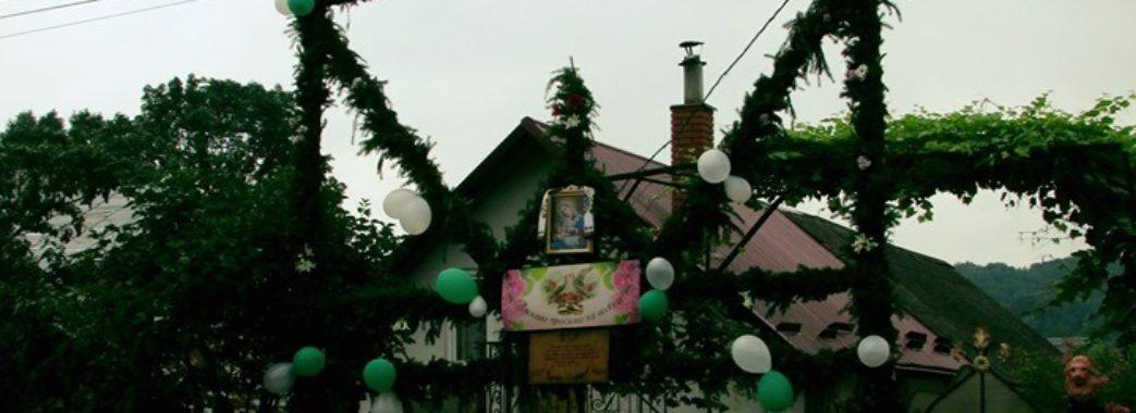 На Перемишлянщині підняли весільну браму у вигляді п'ятиметрового тризуба