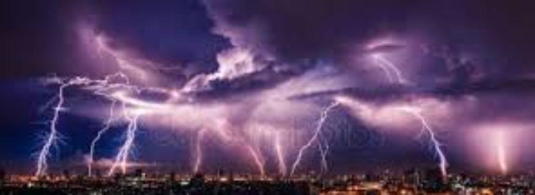 На Львівщині оголосили штормове попередження: насуваються грози та град