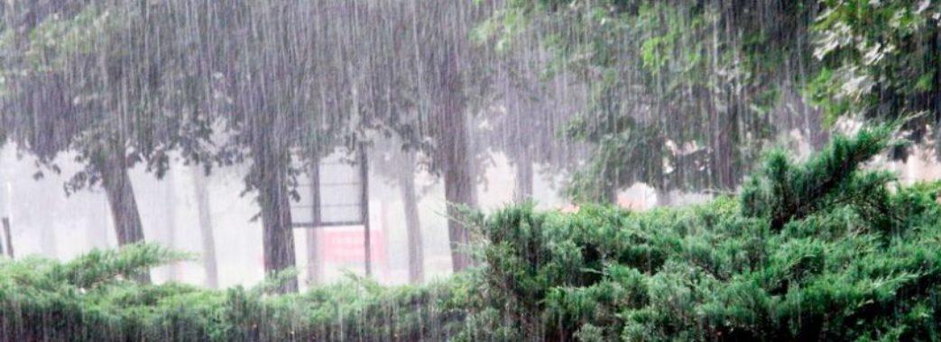 Синоптики попереджають про сильні зливи та град