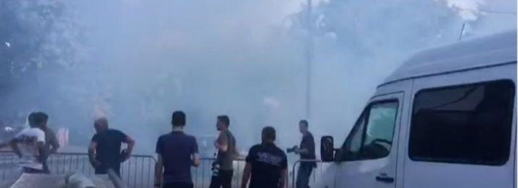 Під час виступу Порошенка у Стрию у натовп кинули димову шашку