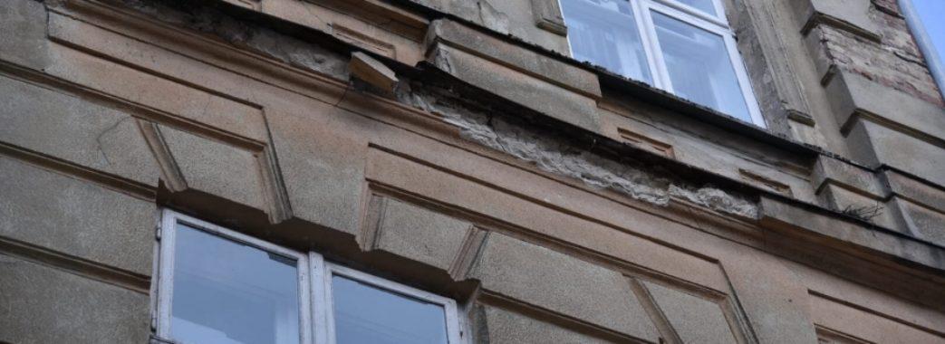 Шматок фасаду травмував дівчину у Львові: третій випадок за півроку