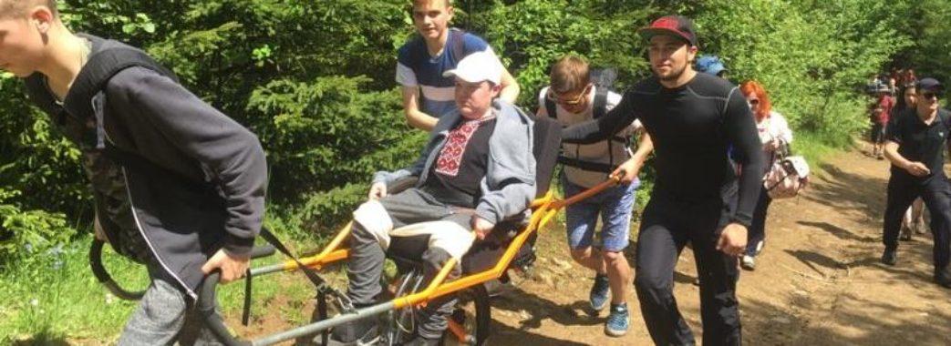 Львівському школяру з інвалідністю допомогли підкорити гору Пікуй