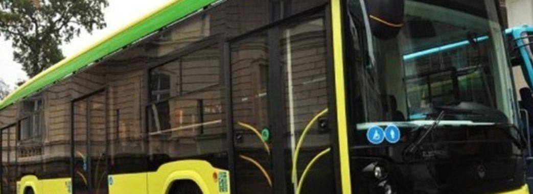 66-річній львів'янці водій маршрутки дверима переламав руку