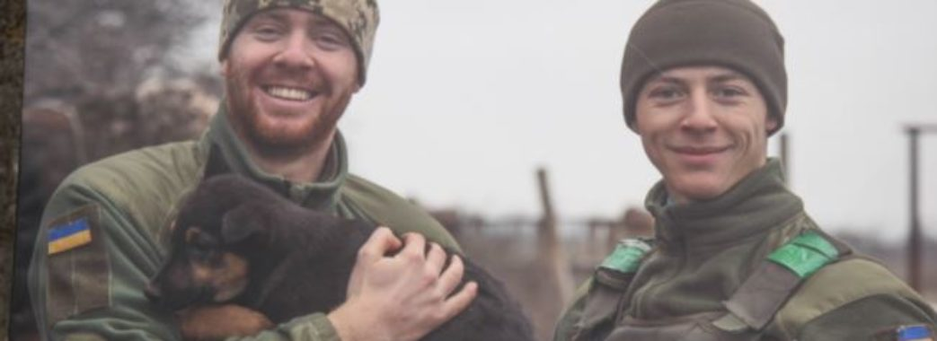 У Львові військовий капелан презентував фотовиставку бійців з їх собаками та котами