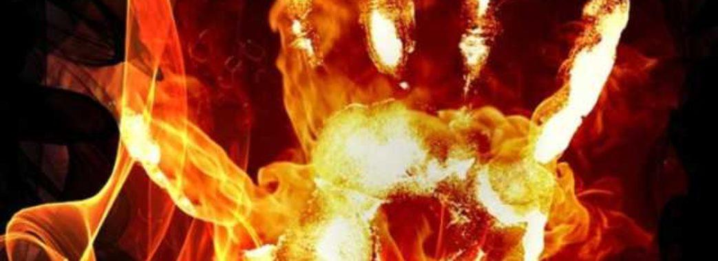 «Ще сам до носилок йшов, сварився, а вранці помер»: на Яворівщині чоловік облив себе бензином та підпалив