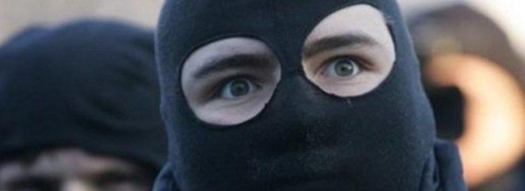 Під час зупинки на світлофорі чоловіка пограбували на 300 тисяч