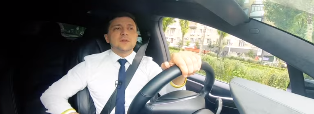 Зеленський записав звернення до українців за кермом дороговартісної Tesla