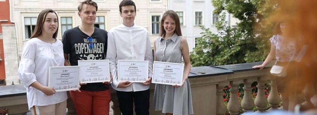 «У Львові народжуються мудрі діти, в яких мудрі батьки»: 31 випускник отримав грошову винагороду