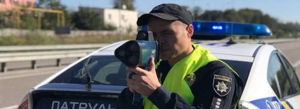 П'яний водій накинувся на службовий автомобіль поліції