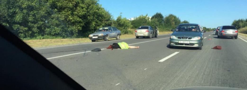 На Львівщині легковик на смерть збив молоду жінку