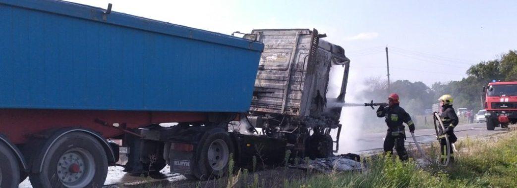 На Золочівщині на ходу загорілася вантажівка