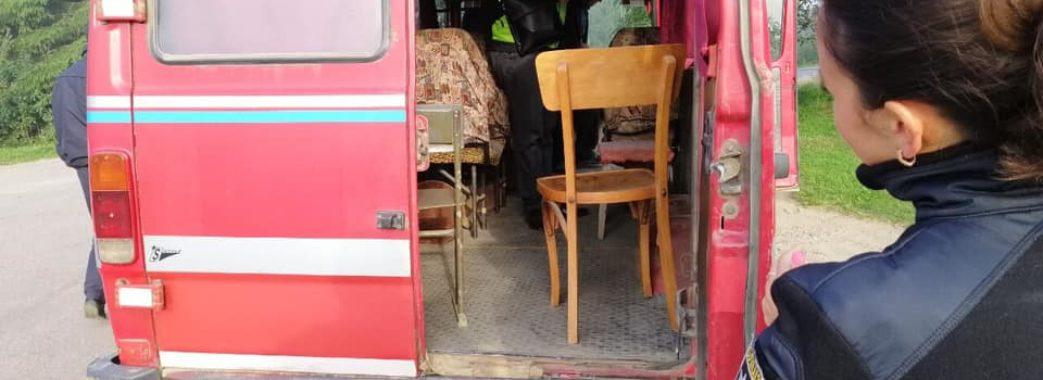 «В разі ДТП була б велика біда»: турківський перевізник садив пасажирів на дерев'яні крісла