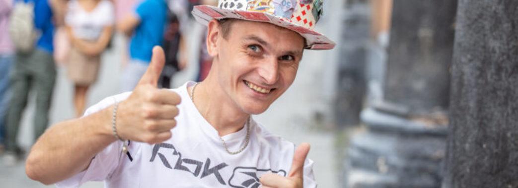 Дрогобичанин Орест Плешівський попри біль заробляє гроші на операцію
