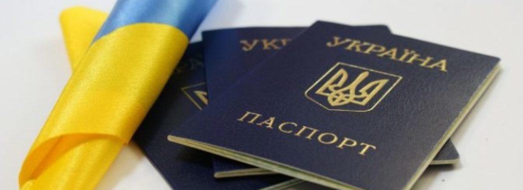 З жовтня українці зможуть фотографуватися на паспорт у головному уборі