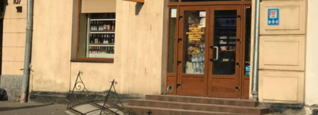 У Львові фрагмент карнизу мало не придавив перехожого