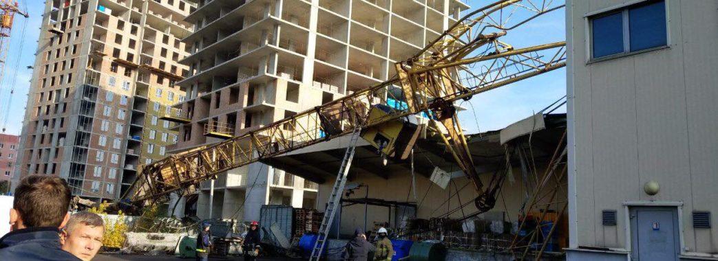 На Сихові будівельний кран упав на супермаркет «Арсен»: є потерпілі
