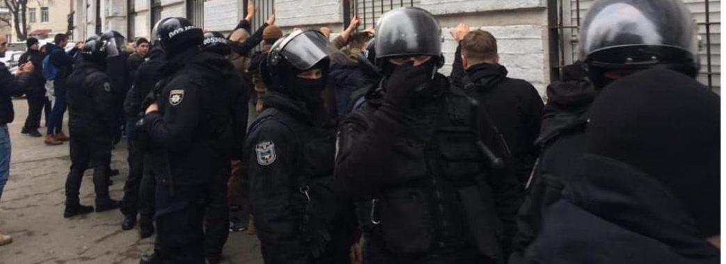 Поліцейські розганяють атовців, які блокують вагони з російським вугіллям (ВІДЕО)