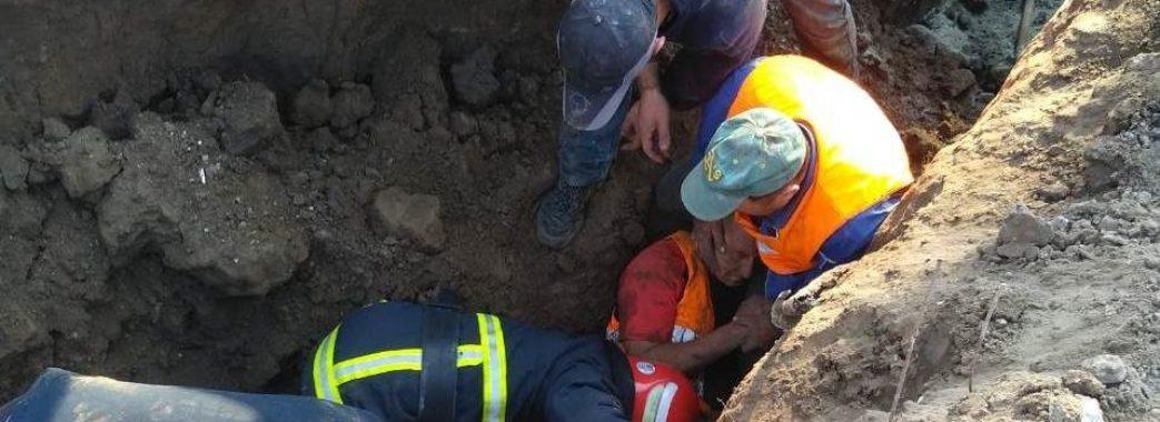 У Винниках під час земляних робіт на працівника зсунувся шар ґрунту
