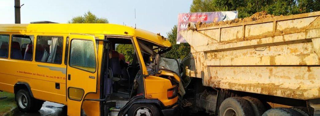 У Моршині маршрутка зіткнулась з вантажівкою: є потерпілі