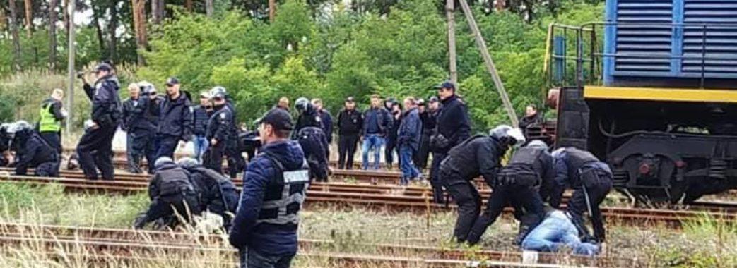 """""""Поліцейський налетів, дубінкою по спині вдарив"""",- постраждала під час вчорашнього конфлікту у Соснівці"""