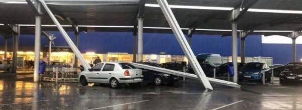 Металева опора впала на парковку: якої шкоди наробила негода у Львові